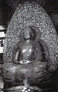 Dhjánibuddha Amitábha jako Amida, 11. stol. n. l., Bjodo-in v Kjótu, Japonsko.