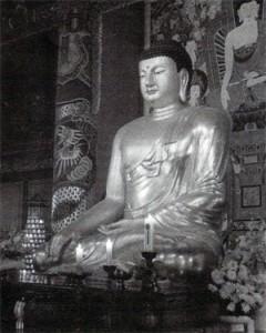 Buddha Šákjamuni jako Sokkamuni, v chrámu Woljong, Korea.