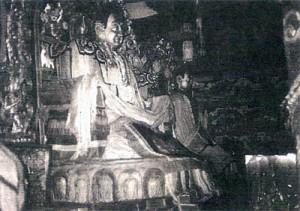 Oltář se zlacenou sochou reformátora buddhismu Congkhapy.