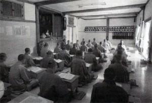 Denní studium a kontemplace mnichů v buddhistickém klášteře Chogam, Korea.