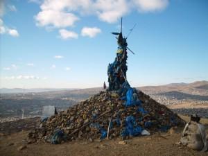 Jedno z mnoha ovoo na kopcích kolem Ulaanbaataru