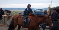 Mongolské dítě na koni.