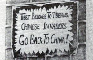 Protestní nápis na zdi v Dharamsale. (Foto J. Kolmaš, 1978).