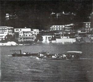 Budovy slavného Šivánandova ášramu na břehu Gangy v Rišikéši