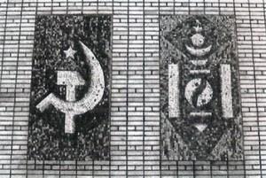 Sovětský státní znak a komunisticky upravené sojombo, školní budova v Cecerlegu.