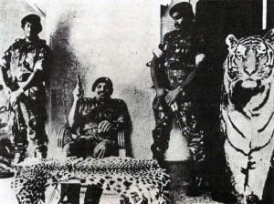 """Šéf """"Tygrů"""" V. Prabhákaran se svými strážci."""