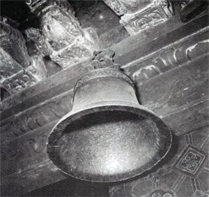 Tajemný zvon s latinským nápisem Te Deum laudamus v lamaistické katedrále Džókhang ve Lhase. Pravděpodobně jediná památka na působení katolických misionářů v Tibetu. (Foto Josef Vaniš, 1954)